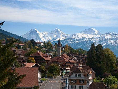 swiss alps: Wioska typowy szwajcarski z snowy piki  Zdjęcie Seryjne