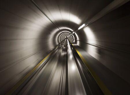 tunel: Va a través del túnel subterráneo (Aeropuerto de Zurich)  Foto de archivo