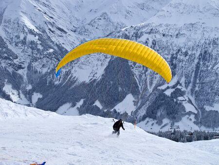 parapendio: Parapendio nelle Alpi svizzere vicino Elm, Svizzera