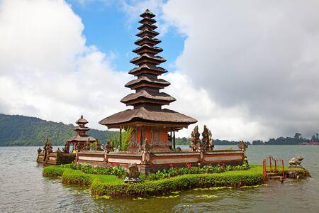 bratan: Water temple at Bratan lake, ulun danu bedungul, Bali