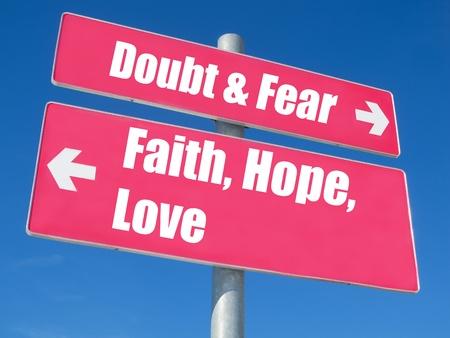 geloof hoop liefde: Geloof, hoop, liefde vs. twijfel & Fear wegwijzer tegen blauwe hemel