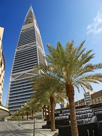 RIYADH - 22. Dezember: Al Faisaliah Turm Fassade am 22. Dezember 2009 in Riyadh, Saudi-Arabien. Al Faisaliah Türmen ist ein Luxus-Hotel und der markantesten Wolkenkratzer in Saudi-Arabien