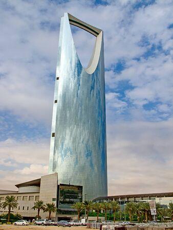 RYAD - 22 décembre: Royaume-tour sur Décembre 22 septembre 2009 à Riyad, en Arabie Saoudite. Royaume-tour est un centre d'affaires et de congrès, centre de shoping et l'un des principaux monuments de la ville de Riyad
