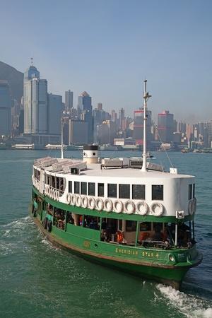 """HONG KONG - DECEMBER 3: Ferry """"Meridian ster"""" het verlaten van Kowloon pier op 3 december 2010 in Hong Kong, China. Ferry is in gebruik voor meer dan 120 jaar en is een belangrijke toeristische attracties van de stad."""