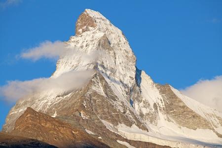 swiss alps: Słynny szczyt Matterhorn (szczyt Cervino) na granicy szwajcarsko-włoskiej