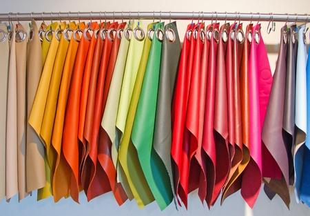 Colorful tappezzeria campioni di pelle nel negozio