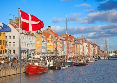 Kopenhagen, Denemarken - 25 augustus: niet geïdentificeerde mensen genieten van zonnig weer in de open drink gelegenheden rondom van de beroemde promenade Nyhavn op 25 augustus 2010 in Kopenhagen, Denemarken Redactioneel