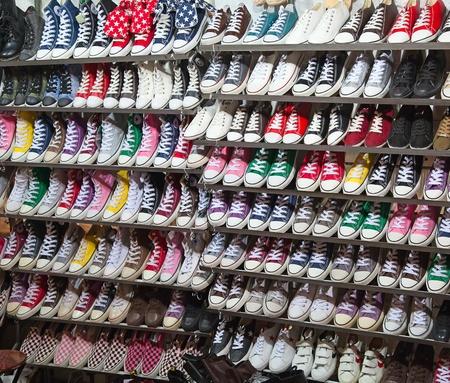 un montón de zapatos de zapatillas a la venta Foto de archivo - 11389965