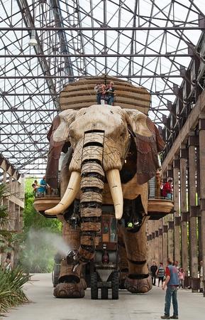 """gigantesque: NANTES - Ao�t 09: Le Grand El�phant de Nantes le 09 Ao�t 2009 � Nantes, France. L'animal gigantesque m�canique, haute de 12 m�tres par 8 m�tres de large est attraction principale du parc steampunk """"Les Machines de l'Ile"""" � Nantes �ditoriale"""
