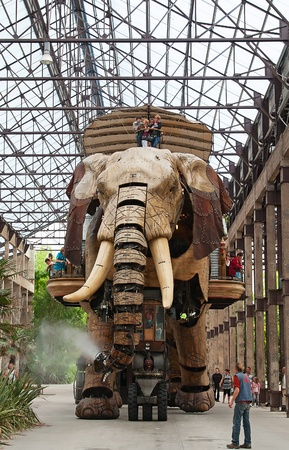 les: NANTES - AUGUST 09: The Great Elephant of Nantes on August 09, 2009 in Nantes, France. The gigantic mechanical animal, 12-metre high by 8-metre wide is main attraction of steampunk park Les Machines de lIle in Nantes