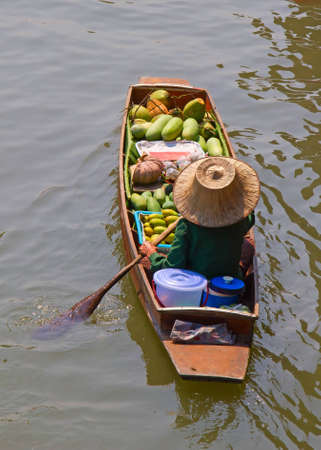 Damnoen Saduak floating market in Ratchaburi near Bangkok, Thailand Stock Photo - 12713998