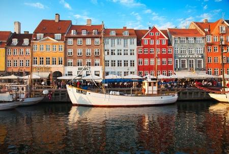 Kopenhagen, Denemarken - 25 augustus: niet geïdentificeerde mensen genieten van zonnig weer in de open drink gelegenheden rondom van de beroemde promenade Nyhavn op 25 augustus 2010 in Kopenhagen, Denemarken
