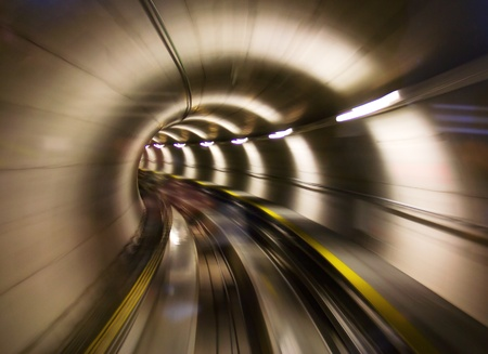 tunnel: Yendo a trav�s del t�nel subterr�neo (el aeropuerto de Zurich) Foto de archivo