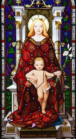 nacimiento de jesus: Vitral que representa a Jes�s y Mar�a