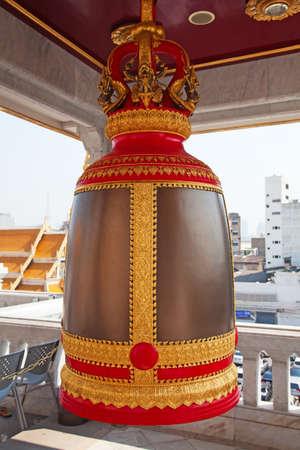 bell bronze bell: Campana de bronce en el tradicional templo tailand�s