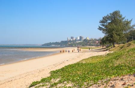 Childern voetballen op het strand van Maputo