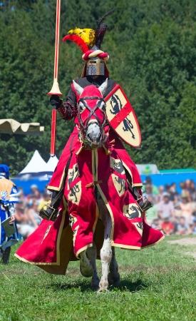 caballero medieval: Caballero en el caballo participando en el torneo de reconstrucción
