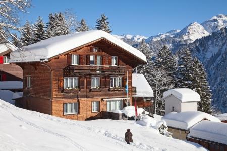 전형적인 스위스 겨울 시즌 풍경입니다. 2011 년 1 월 스위스. 에디토리얼