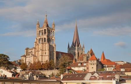 Sunset over oude kathedraal in Lausanne, domineren het stadsbeeld