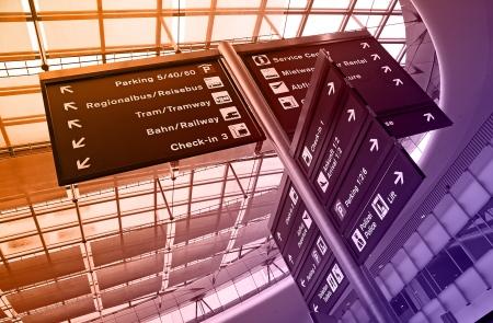 현대 공항에 방향 표지판