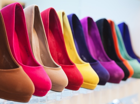 verscheidenheid van de kleurrijke lederen schoenen in de winkel Stockfoto