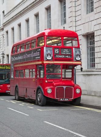 bus anglais: LONDRES - 13 f�vrier: Red Double Decker Bus dans la rue de Londres le F�vrier 13, 2010 � Londres, Royaume-Uni. Ces bus dobledecker est l'un des symboles les plus embl�matiques de Londres.