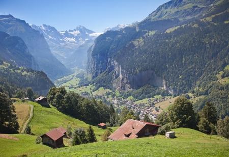 스위스 알프스의 유명한 마을 라우터 브루 넨 - 융프라우 지역에서 기차 여행을위한 출발점