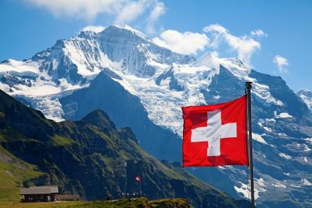 멘 리헨 융프라우 지역, 베른, 스위스의 상단에 스위스 국기 스톡 콘텐츠
