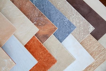pavimento gres: I campioni di piastrelle di ceramica nel negozio Archivio Fotografico