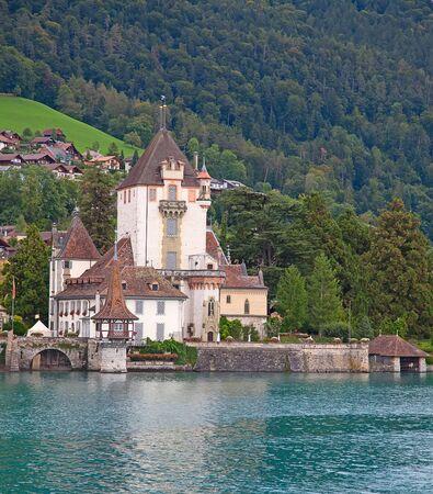swiss alps: Zamek Oberhofen w Thun jeziora (Jungfrau regionu, kanton Berno, Szwajcaria)