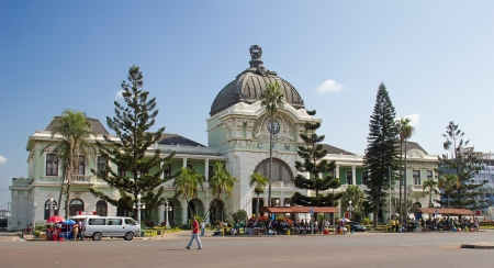 MAPUTO, MOZAMBIQUE - 29 april: Unidentified mensen op de straat markt in de buurt van het station in Maputo, Mozambique op 29 april 2012. De Maputo station is een van de bezienswaardigheden van de stad