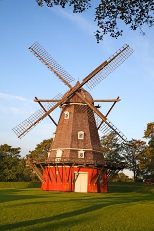 molinos de viento: Antiguo molino de viento rojo en el Copenhague, Dinamarca Foto de archivo