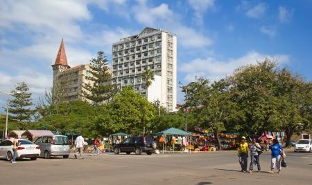 sunday market: MAPUTO, MOZAMBIQUE - 29 de abril: las mujeres no identificados de regresar de mercado de domingo en Maputo, Mozambique, el 29 de abril de 2012. El mercado local es una de la atracci�n tur�stica de la ciudad.