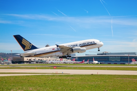 ZURICH - MAY 24:Singapore Airlines Airbus A380 taxiing before take off on May 24, 2010 in Zurich, Switzerland. Zurich International Airport is one of the major Europian Hub and home port of Swiss airline. 版權商用圖片 - 20158874