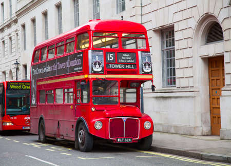 english bus: LONDRES - 13 f?vrier: Red Double Decker Bus sur la place Trafalgar ? Londres le F?vrier 13, 2010 ? Londres, Royaume-Uni. Ces bus dobledecker est l'un des symboles les plus embl?matiques de Londres.