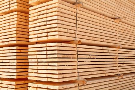 목재 야드에서 새로운 나무 스터드의 스택