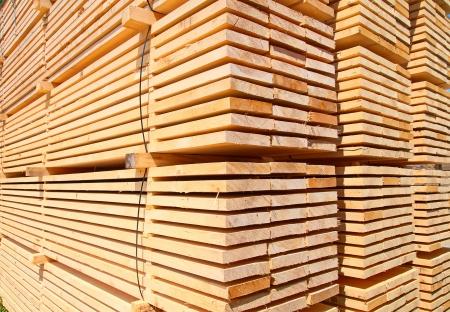 Stapel nieuwe houten studs bij de houthandel