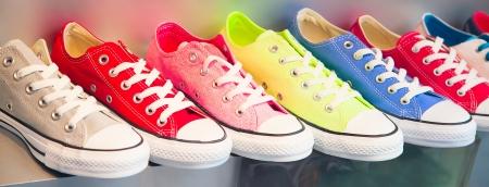 verscheidenheid van de kleurrijke schoenen in de winkel
