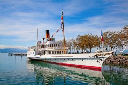 Vintage stoom boot in de buurt van de pier aan het meer Leman (Zwitserland) Stockfoto
