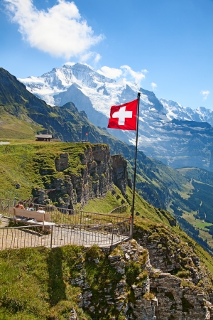 Swiss flag on the top of Mannlichen (Jungfrau region, Bern, Switzerland) Foto de archivo