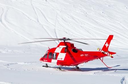 FLUMSERBERG - 21 LUTEGO 21: Helikopter ratunkowy ewakuuje narciarzy po ciężkim wypadku, Flumserberg w Szwajcarii w dniu 21 lutego 2010 roku. Narciarstwo bezpieczeństwa staje się problemem na zatłoczonych stokach. Publikacyjne