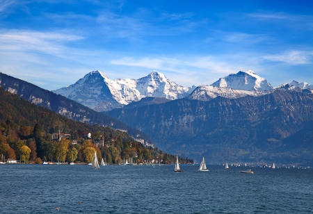 Thunersee met Jungfraugebergte buurt Oberhofen, Zwitserland Stockfoto