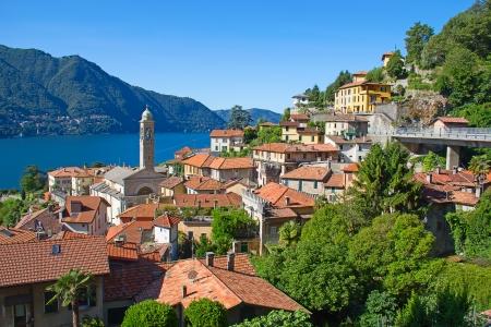 Panoramisch uitzicht over de stad Cernobbio (Como, Italië)