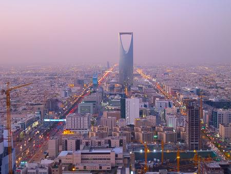 RIYADH - DECEMBER 22: Kingdom tower op December 22, 2009 in Riyadh, Saoedi-Arabië. Koninkrijk toren is een bedrijf en het congrescentrum, shoping winkelcentrum en een van de belangrijkste bezienswaardigheden van de stad Riyadh