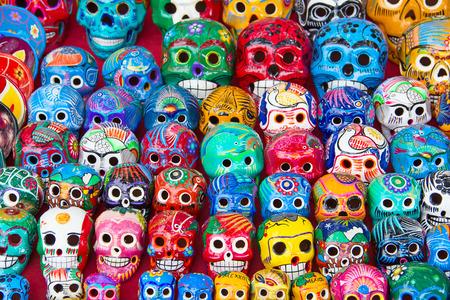 거리 시장에 다채로운 전통적인 멕시코 도자기