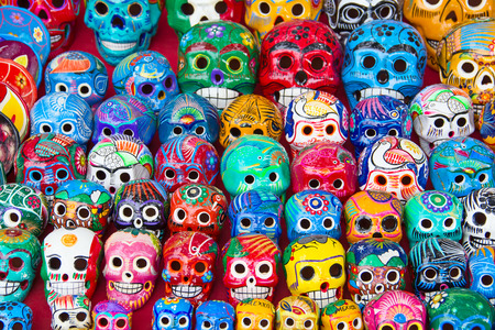 Colorful traditional mexican ceramics on the street market Foto de archivo
