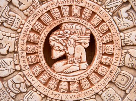 마야의 상징적 인 태양의 조각은 돌에 새겨진
