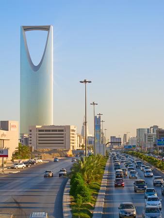 리야드 -12 월 22 일 : 사우디 아라비아 리야드에서 2009 년 12 월 22 일에 왕국 타워. 왕국 타워는 비즈니스 및 컨벤션 센터, shoping 쇼핑몰과 리야드 도시의