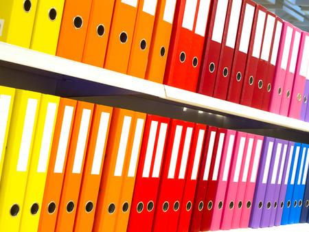 책장에 다채로운 사무실 폴더 스톡 콘텐츠