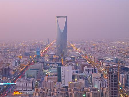 RIYADH - 22 de diciembre: Reino torre el 22 de diciembre de 2009 en Riad, Arabia Saudita. Reino torre es un centro de negocios y convenciones, centro comercial shoping y uno de los principales lugares de interés de la ciudad de Riyadh Foto de archivo - 37610166